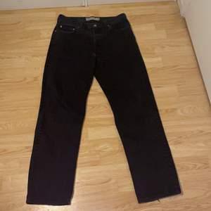 Levis 550 jeans, storlek 34/34 och dom raka i modellen. Jag är 183 och dom är på gränsen till för långa så om du är runt 180-187 så passar dom bra