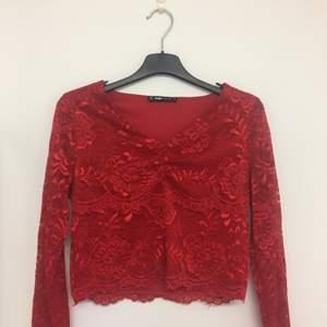 Röd långärmad tröja i spets. Använd ca 2 ggr. Används ej längre.