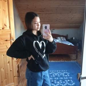 Svart hoodie från SHEIN. Fint tryck. Sitter oversized på mig som är xs-s och är supermysig. Skriv i DM vid frågor eller intresse!