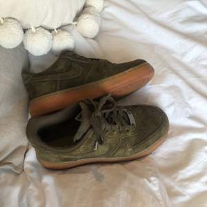 Nike Air Force skor i en supersnygg grön färg. Köpta här på Plick men säljer vidare dom då dom är för stora för mig. Lite slitningar vid skosnörena och på insidan vid hälen men ingenting som känns eller syns när man har dom på sig. Frakten är inkluderad i priset 💞💞