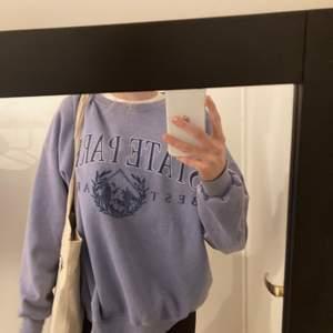 Sweatshirt från pull and bear !! Säljer endast  vid bra bud så buda i kommentarena!! Storlek S men oversised i storlek💖💖 jag har vanligtvis S men skulle säga att denna är mer en M