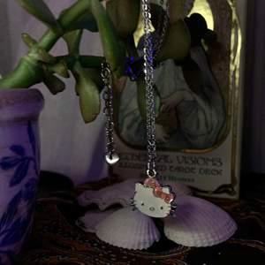 Ett hello Kitty halsband som jag tänkte någon vill ha då jag inte använder den längre💘