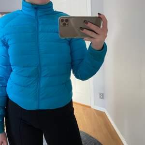 Säljer en blå dunjacka från Everest. Den är i storlek S och säljs för 100kr+frakt