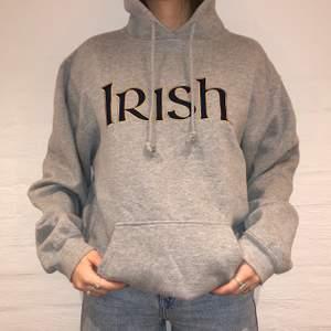Vi säljer denna gråa Adidas hoodie broderat Irish på. Priset är 399kr. Den är i storlek L och sitter som en L. Passar dock perfekt till folk med mindre storlekar och vill ha en oversized fit. Personen på bilden är 175 och brukar ha på sig S/M. Inga defekter på hoodien. Kontakta oss på Plick eller på vår Instagram @wanderetro. Om flera visar intresse blir det budgivning. Köparen står för spårbar frakt på 66kr. 🤍