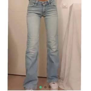 Ett par jeans från Lee i nyskick. De är i strl S men är ganska stretchiga så skulle säga att de passar 32 34 och 36. Första bilden är lånad men samma modell men att dessa jeans är något mörkare i färgen. Buda från 200.