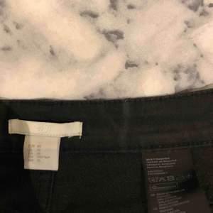 svarta bootcut jeans i strl 40. säljs då de är förstora för mig. använt ett fåtal gånger, därför i ett fint skick. Det är strl 40 men det passar mer som M/S. För fler bilder, skriv till mig privat🥰