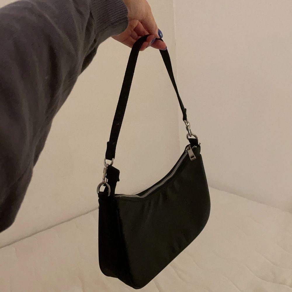 Basic matt svart väska från bikbok med innerficka.. Väskor.