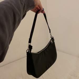 Basic matt svart väska från bikbok med innerficka.