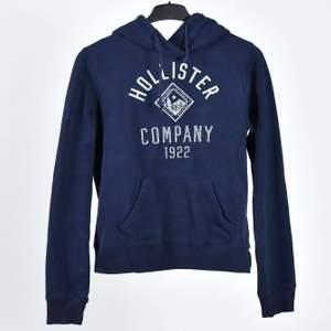 Jättefin hollister hoodie i färg marinblå. Bra skick och har inte kommit till så mycket användning alls! Priset går att diskutera!🤎 beroende på hur mycket köparen köper den för så kan jag dra av på frakten 🚚