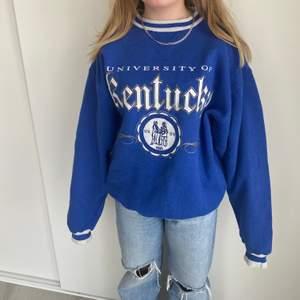 Super snygg trendig collegetröja från Kentucky universet! Uppskattad storlek L-XL. Buda i kommentarerna! Startpris:100kr