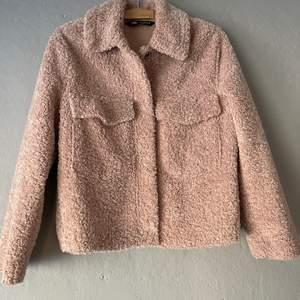 Teddy jacka från ZARA säljs i storlek xs. Knappt använt, fin som ny.