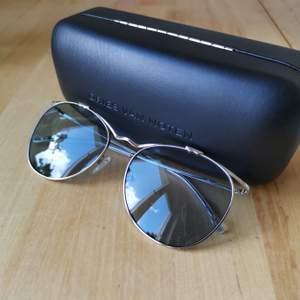 Hej! Nu säljer jag dessa oanvända fantastiska solglasögon från Linda Farrow designade av Dries van Noten. Kvalitén och intrycket är oslagbart och dessa ingår i modehistoria. Handtillverkade i Japan. Om du har några frågor över huvud taget, tveka inte med att höra av dig! Nypriset var runt 3000 kr.                                                                                                        Hi! I'm now selling these unused sunglasses from Linda Farrow designed by Dries van Noten. The quality is astonishing and this pair is a part of fashion history. Hand made in Japan. Any questions what so ever, don't hesitate to send me a message! The price in store was £300/3000 SEK