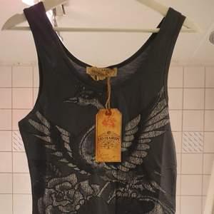 Säljer min söt ,sexig åkt Edy hardy klänning som är ny med pris lap.Säljer den eftersom jag fick fler som present.Den är köpt I Mexico och  I mycket bra skick och  fint och stylig. Har en ord Edy Hardy pa rygg .stk är S då passar också M. BUD I KOMMENTERNA ELLER KÖP DIRECT FÖR 400.### Finns också XS med samma farg