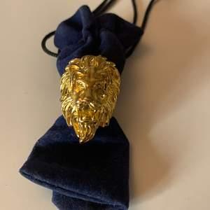Säljer denna superfina guldringen som föreställer ett lejon💖🦁 Den är aldrig använd då den inte är i min stil och den är i nyskick💛 Säljer för 100kr inklusive frakt💫