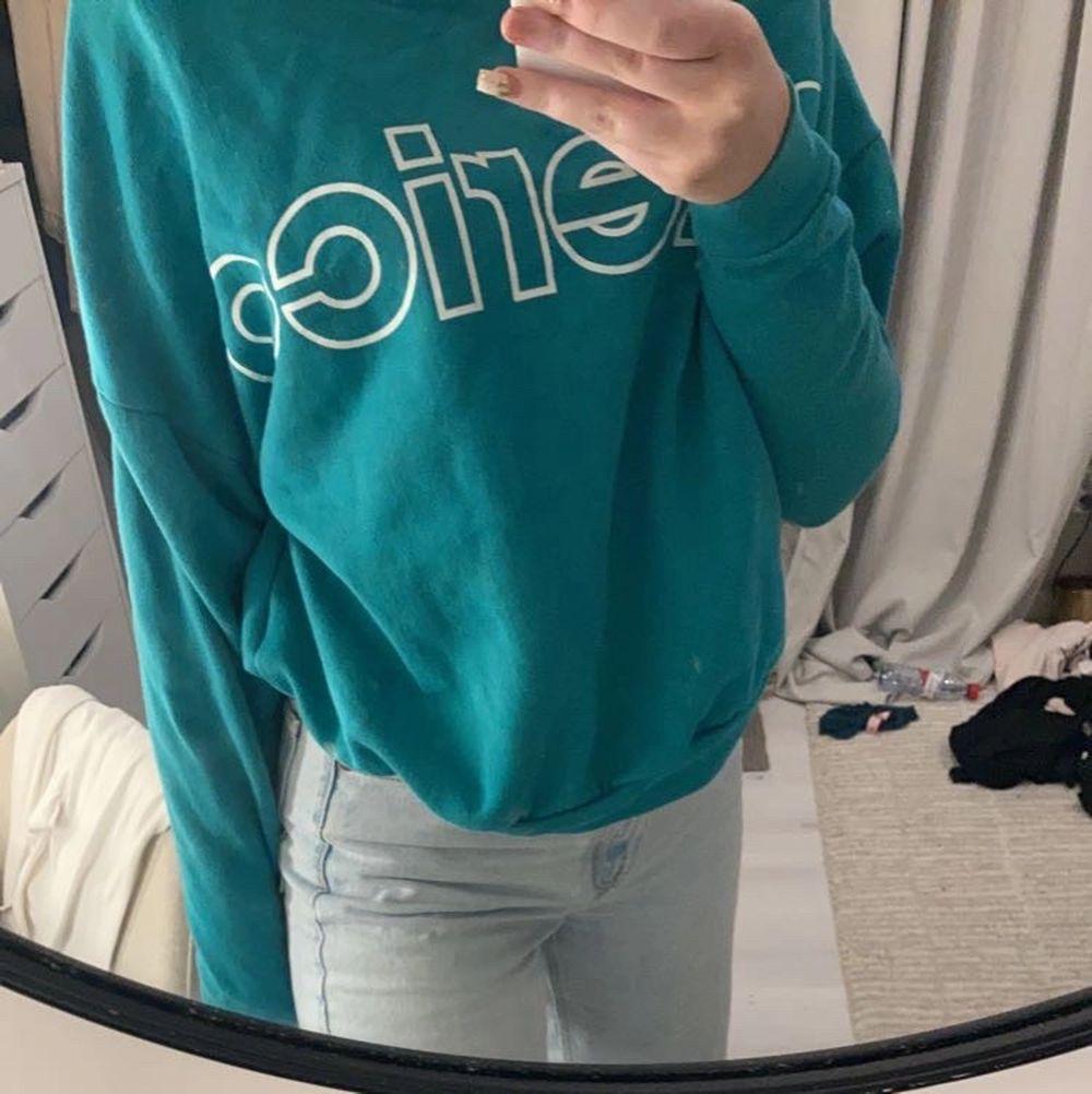 Det är en väldigt mjuk och skön sweatshirt som är välanvänd men jag har börjat tröttna på den, den är köpt på weekday. Skulle säga att den passar allt från xs-L. Huvtröjor & Träningströjor.