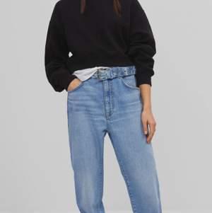 Två par super snygga Jeans från bershka, sitter lågmidjat & baggy och är helt nya med prislappar på! Är i storlek 38 och skulle säga att de passar från XS-M💕 frakten står jag inte för✨