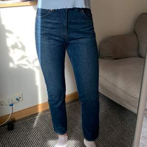 👖Högmidjade Kimomo jeans från Monki i fin blå färg. Endast provade! Midjestorlek 29. (Jag är 170cm lång) 190kr + ev. frakt!