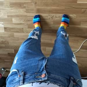 Jeans i mellanblå tvätt med revor. Använda endast en handfull gånger.