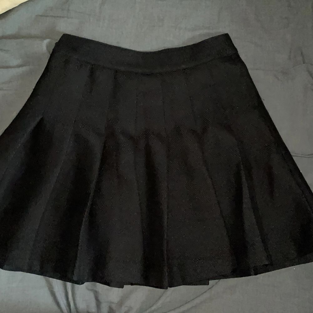 Svart skit snygg veckad kjol som säljs då jag har en liknande. Som man ser på andra bilden så funkar dragkedjan men sitter lite löst och trasig nedtill, därav de lite lägre priset. Men det är lätt att laga! Annars super bra kvalite och jätte söt! . Kjolar.