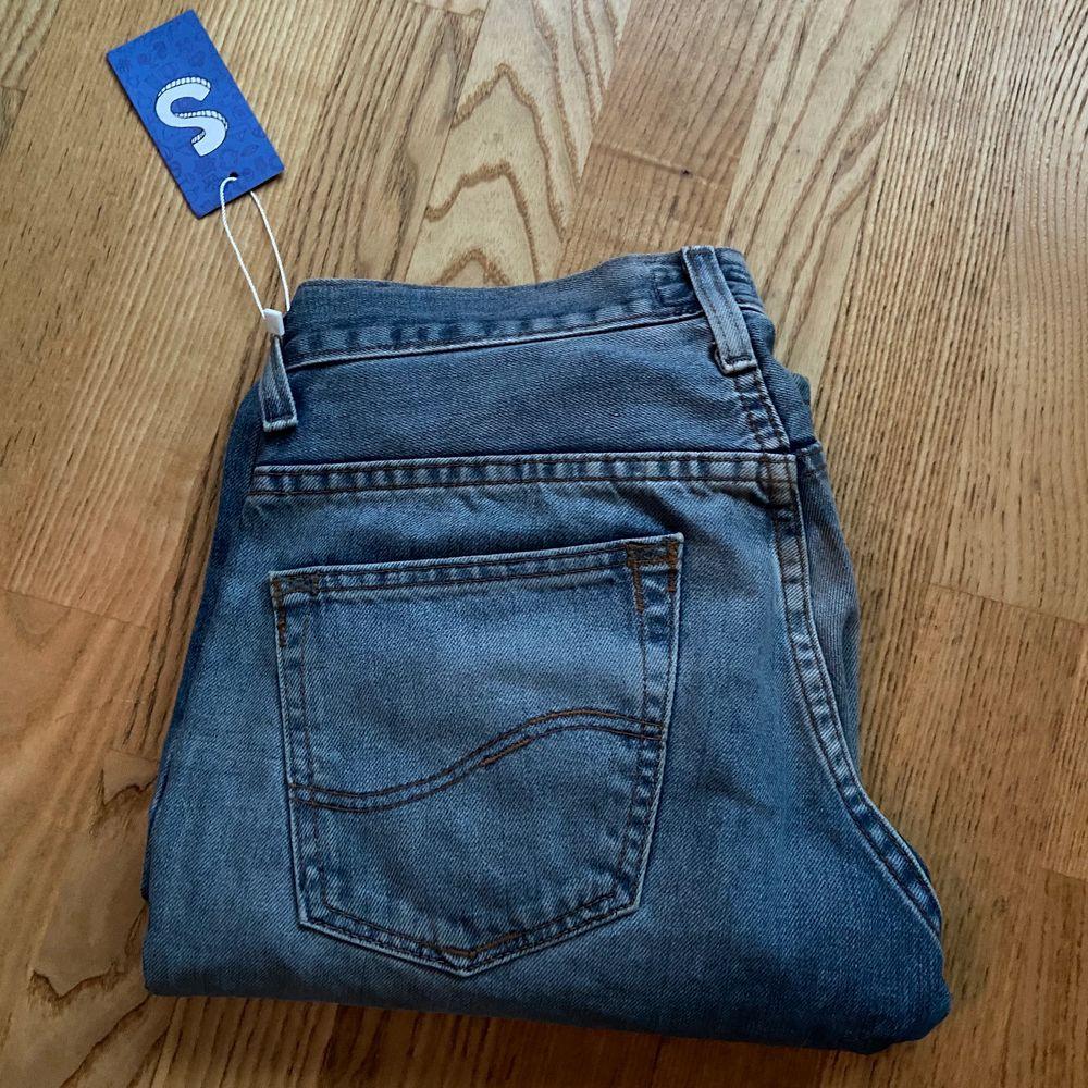 Säljer dessa sjukt snygga lee jeans från sellpy då de tyvärr inte passade mig🥰. Jeans & Byxor.