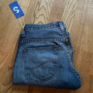 Säljer dessa sjukt snygga lee jeans från sellpy då de tyvärr inte passade mig🥰
