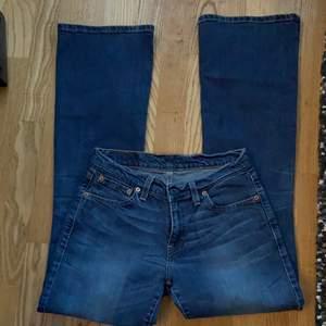 Säljer dessa sjukt snygga Levis jeans jag köpt från sellpy då det ej riktigt passade mig, dom är lågmidjade och lite bootcut och så sjukt snygga