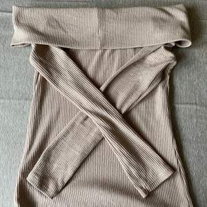 """Säljer min super snygga beigea """"offshoulder"""" tröja från Gina tricot i strl S, som kan användas till både vardag och fest."""
