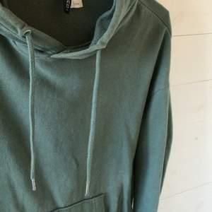 En fin hoodie från HM i strl L. Men är liten i strl enligt mig. Skriv för fler frågor och bilder 😊💕
