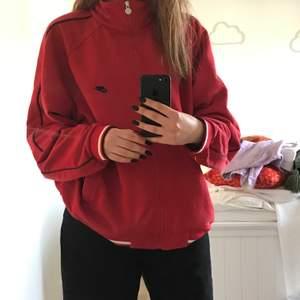 En as snygg röd Nike zip-up oversized kofta som är thriftad. Riktig baggy, but super cute!!! Köparen står även för frakt❤️❤️