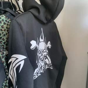 Snygg hoodie, storlek M! Bra tryck och condition. Vintage skick, aldrig använd av mig :)