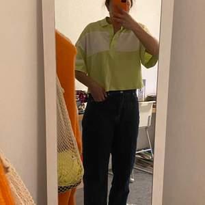 En limegrön piké tröja från Monki, endast använd ett par gånger. Storlek S men oversized.