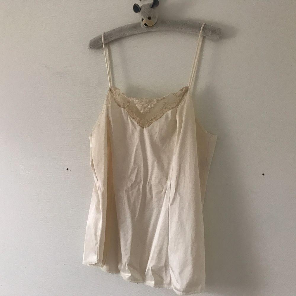 Vintage smuts-rosa linne från Beyond Retro, storlek 34. Skulle nog även kunna passa en 36! Använt men i fint skick! 🎀  skrynkligt på bilden då den legat längst ner i min låda ett tag. Pris är ink. frakt! . Toppar.