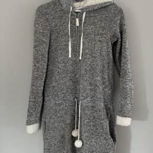 Supermysigt overall som är fluffig och varmt på insidan. Storlek är xs men den är mycket större. Om man är stor så kommer den passa med xs