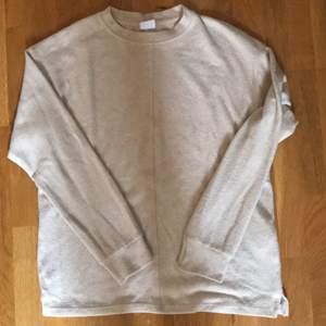 Så himla skön och fin tröja ifrån zara! Endast använd 2 gånger så den är som i nyskick. Kan skicka fler bilder med bättre ljus. Den är i storlek 13-14 men passar S. Möts i Stockholm eller fraktar 💕 bara att fråga om du har några frågor!