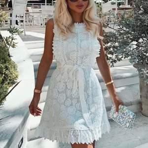 Vit spetsklänning, Margot från DM, Dennis maglic i storlek s, använd en gång och inga tecken på det. Bud från 450💖