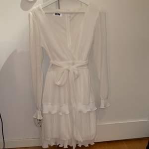 Dennis Maglic klänning i stl S men passar även XS, perfekt till skolavslutning eller student, enbart använd fåtal timmar för ett år sedan på en skolavslutning. Pris 200kr plus frakt