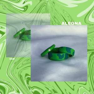 En perfekt accessoar för en monochromatic look!!             🤍Enfärgad simpel ring: 30kr/st ink frakt                            🤍Fancy/Unik ring: 45kr/st ink frakt                                     🤍 3 st(45kr/st) för 110kr ink frakt                                        🖤VIKTIGT!!! Ditt mått: Mät med ett måttband eller en bit tråd(jämför med linjal), måttet skriver du i DM med din önskade modell och färg combo❣️                                                                    EXEMPEL: 66 mm, cowprint, Basfärg-254 Accent färg-sand