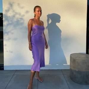 Söker denna lila 'dream dress' från Djerf Avenue i storlek XS. Hör gärna av er ifall ni har en och vill sälja☺️