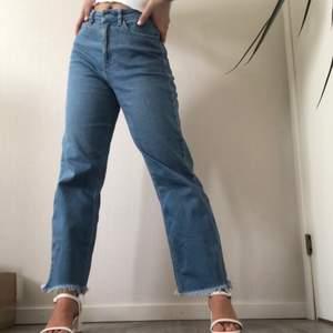 Säljer mina favorit jeans pågrund av att de har blivit för stora för mig. Det är riktigt bra skick på de och de har mycket att ge. Det är en kort modell och ska sitta ovanför fotleden eller högre upp. DMa för mått. Brister: mobilavtryck på högra backfickan (bild 2), metallen vid knappen är borta men det går utmärkt att stänga byxorna och ser inte dåligt ut men går att täcka med ett skärp.