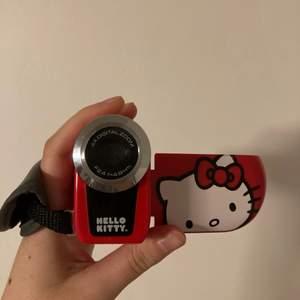 HAR NÅGON INTRESSERAD! :) Hello kitty videokamera! <3 Kommer med 3 AAA batterier, behöver bara ett simkort! 4x digital zoom, F2.4 f=4.8 mm. Handtaget kan tas av och kameran kan sitta på ett stativ. Okej bildkvalite, det ser coolt och lite gammalt ut!
