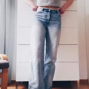 Ljusblå jeans i Yoko-modellen från Monki i strl 29. De sitter supersnyggt och passar mig som oftast har M. De är i fint skick men använda några gånger.