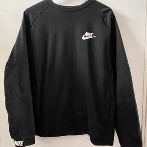 Svart sweatshirt från Nike knappt använd. Detaljer i ärmen och fickor på sidorna 🖤