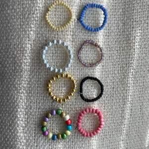 Trendiga pärlringar! De är i lite olika storlekar vilket gör att de borde passa något finger! De är handgjorda! De är kostar 15kr st samt en frakt på 12kr! Men frakten ingår vid köp av två smycken eller mer!💞💞💞