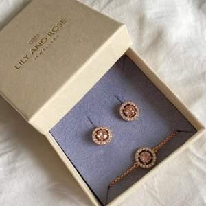 Använd bara en gång. Nypris: 299kr/styck Armband: Art no. 50380 Length: 17.5 – 20.5 cm Crystals: Swarovski (info) Color: Rose gold, Material: Brass  Örhänge:  Art no. 60742 Length: 1.1 cm Crystals: Swarovski (info) Color: Rose gold, Material: Brass