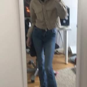 jeansjacka från ginatricot i jättebra skick 💗 ganska luftig men otroligt snygg på vår och sommar med utsvängda jeans. skriv vid intresse/bud! frakt anges vid intresse :)