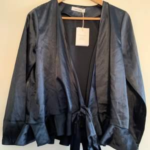 Oanvänd omlottblus från Samsoe Samsoe i storlek S, färg svart