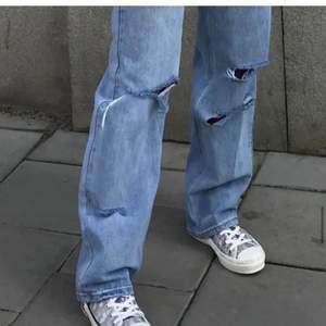 Säljer dessa fantastiska jeans med hål i! Super snygga och också trendiga. De är i storlek 36 och sitter bra på mig som både har 38/36. Obs. lånade bilder💕