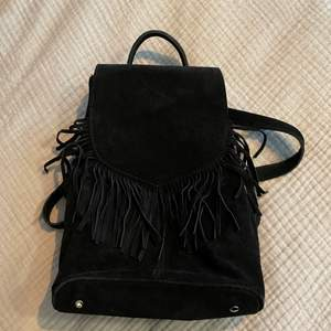 Liten ryggsäck från Brandy Melville i mocka liknande material. Öppnas endast från baksidan (se bild 2), perfekt stöldskydd! 💖 Köparen står för frakt 📦  Skick: 8/10