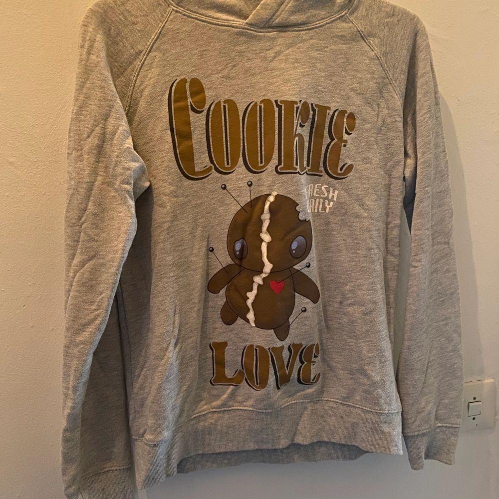 En grå hoodie med tryck där framme. Väldigt skön! Endast använd ett fåtal gånger. . Huvtröjor & Träningströjor.