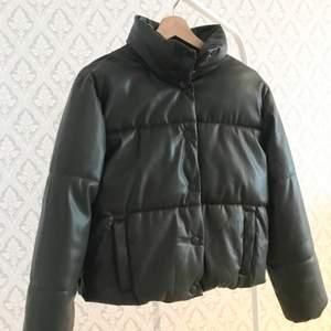 En puffer jacket i fint skick, använd antal gånger men inga skador eller repor på skinnet alls. Säljer pågrund av att den är för liten.      Köparen står för frakten✨✨ 370+frakt